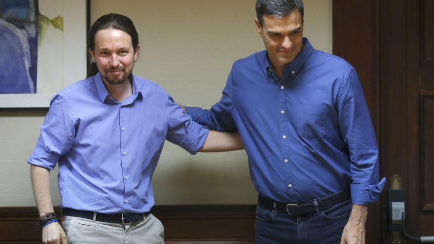 Pablo Iglesias y Pedro Sánchez se saludan antes de su última reunión, en julio de 2017.