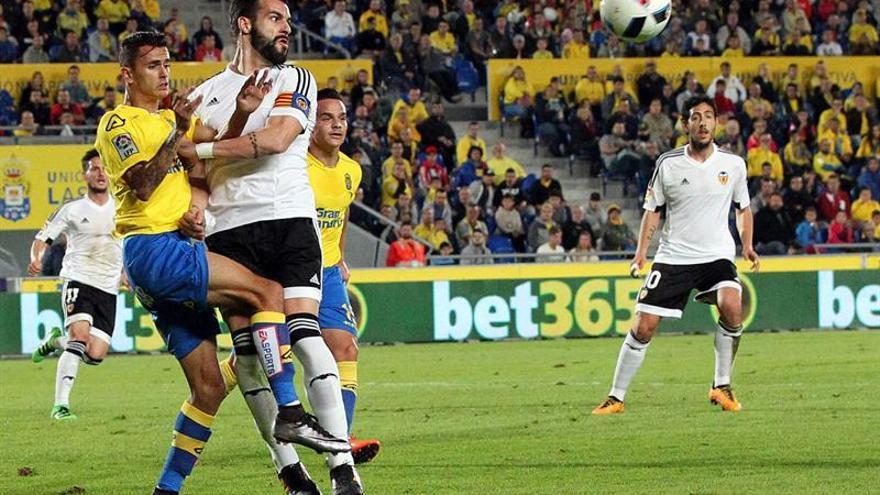 Nili disputa un balón con Negredo en la vuelta de los cuartos de final de la Copa del Rey entre Las Palmas y el Valencia