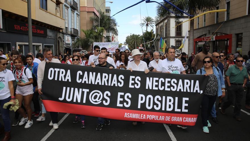 Pancarta con el lema 'Otra Canarias es necesaria'.