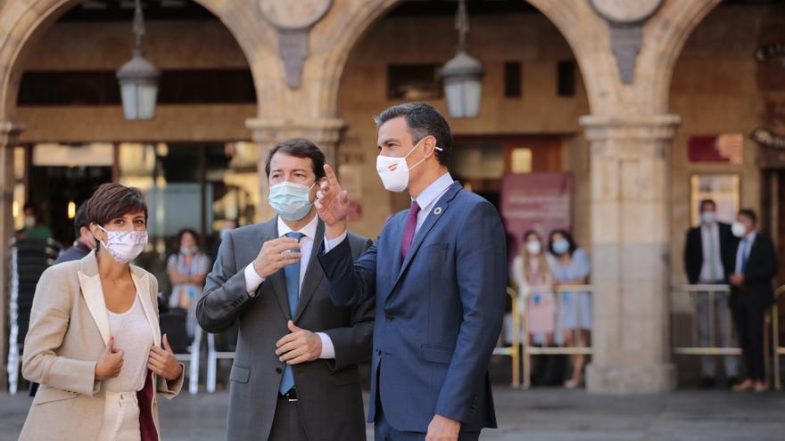 El presidente de la Junta de Castilla y León, Alfonso Fernández Mañueco, conversa con el presidente del Gobierno, Pedro Sánchez,  durante la XXIV Conferencia de Presidentes en Salamanca, Castilla y León (España).