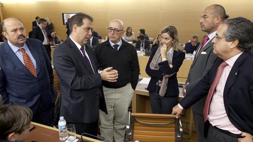 Representantes de los distintos grupos políticos del Cabildo conversan antes del pleno. EFE/Ramón de la Rocha.