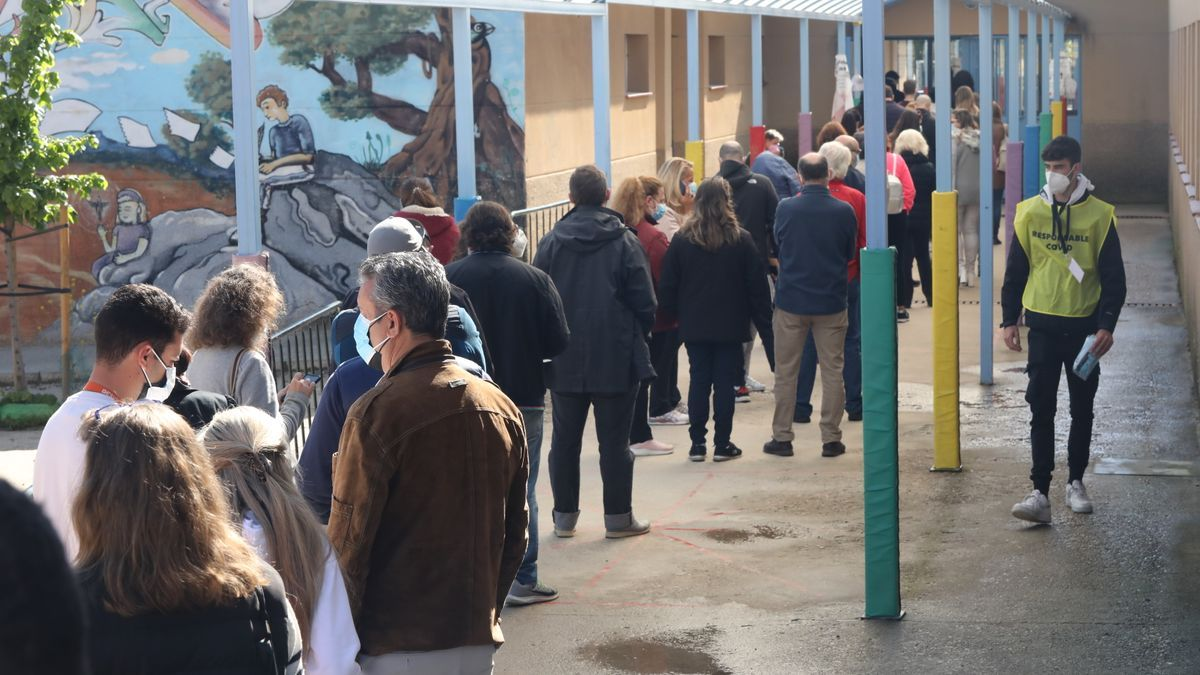 Decenas de personas hacen cola para votar en el Colegio Público La Navata,