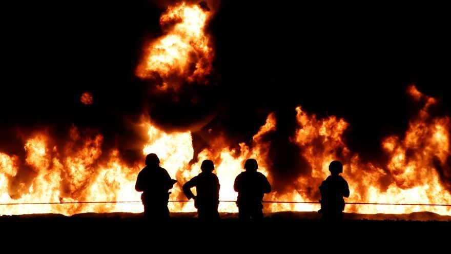 Los equipos de emergencia sofocaron el incendio unos minutos antes de las medianoche hora local lo que permitirá retirar los cadáveres calcinados y confirmar el número total de fallecidos y heridos