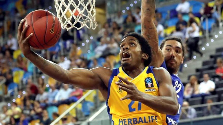 El jugador del Herbalife Gran Canaria Shaquielle McKissic y el del Zenit de San Petesburgo Drew Gordon. EFE/Elvira Urquijo A