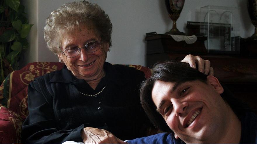 Rosa Tarlovsky con su nieto Guillermo.
