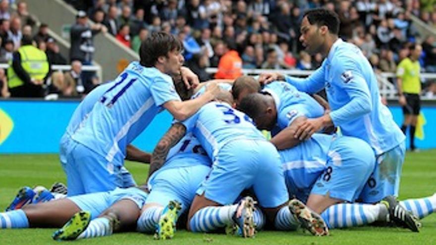 Silva hace piña con sus compañeros celebrando el 0-1. (mcfc.co.uk)