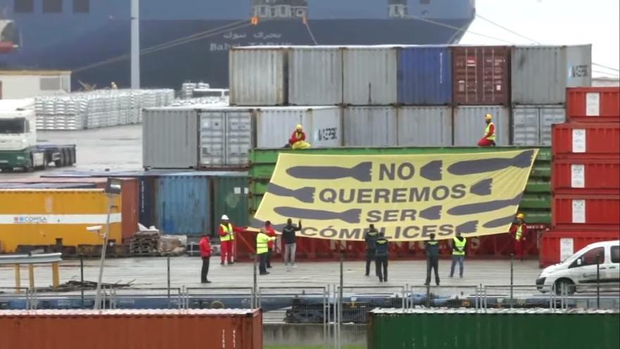 Una pancarta en el puerto de Bilbao muestra el rechazo de la ciudad hacia el tráfico de armas