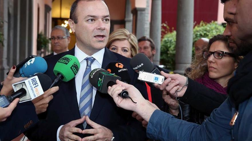 El alcalde de Las Palmas de Gran Canaria, Augusto Hidalgo, atiende a los medios de comunicación momentos antes de ofrecer hoy una conferencia.