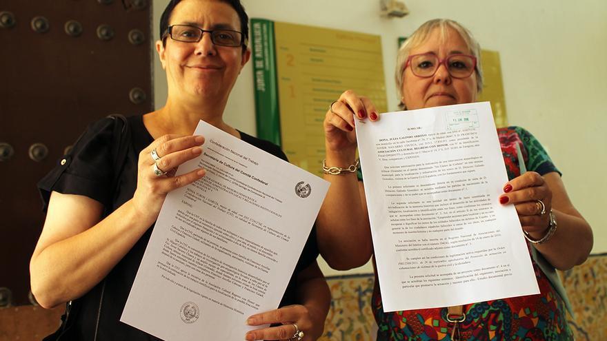 Nieves García (dcha), nieta de Dióscoro Galindo, y la secretaria de Cultura de CNT, Sonia Turán.