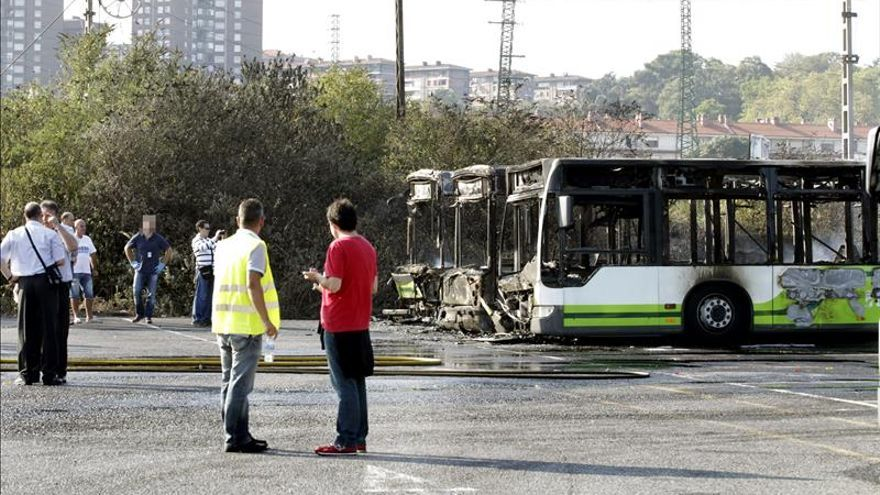Radicales queman tres autobuses en Zorroza