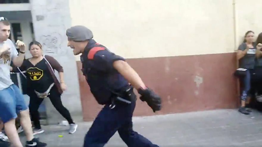 Uno de los mossos que cargó contra los activistas, en un fotograma de un vídeo publicado por La Burxa
