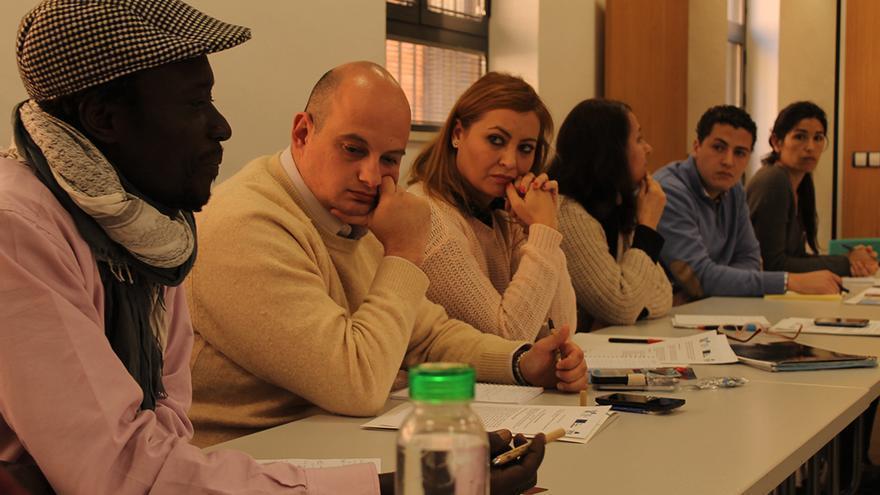 Ousseynou Dyeng, de Sevilla Acoge, y otros participantes en la mesa de trabajo. / JUANMI BAQUERO