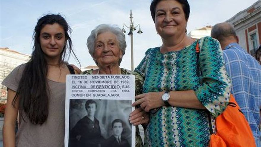 Ascención Mendieta, su hija y su nieta en una manifestación