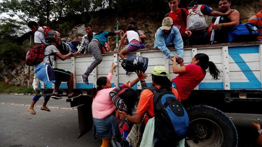 El Salvador permite ingreso de 415 migrantes de la segunda caravana hondureña