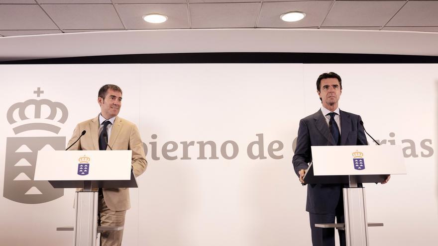 El presidente del Gobierno canario, Fernando Clavijo y el ministro de Industria, Energía y Turismo, José Manuel Soria durante la rueda de prensa celebrada este lunes.