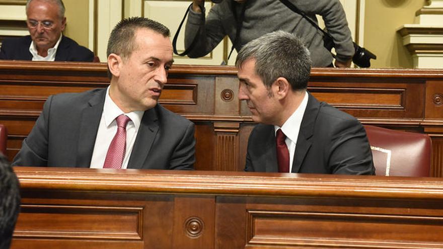 El portavoz nacionalista, José Miguel Ruano y el presidente de Canarias Fernando Clavijo