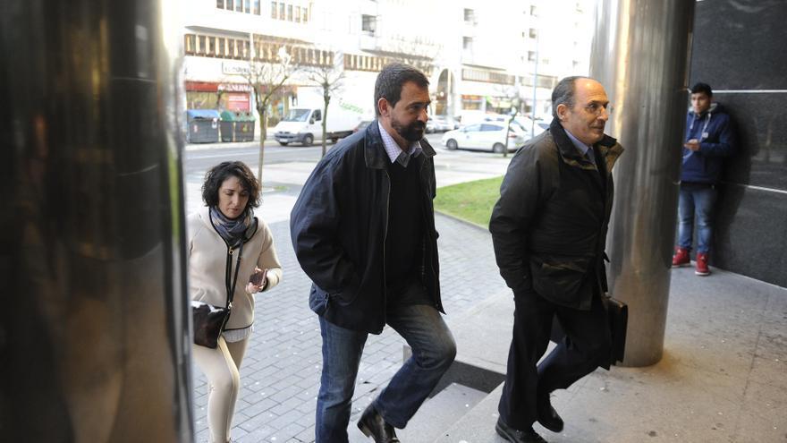 Koldo Ochandiano, con su abogado Carlos Chacón, en el juzgado