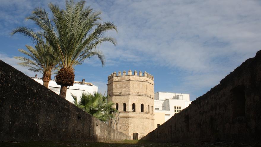 La muralla que conduce a la Torre de la Plata, en Sevilla.