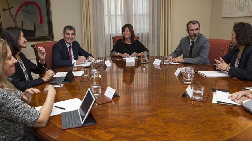Reunión entre el presidente canario y la presidenta balear y miembros de los respectivos gobiernos. Efe