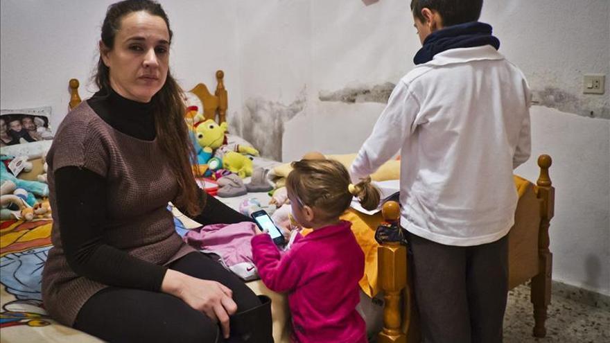 """Madre soltera okupa pide """"caridad"""" a monjas que la quieren echar de vivienda"""