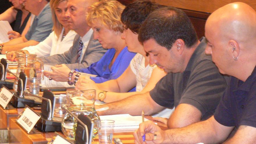 El concejal de Remunicipalizaciones del Ayuntamiento de Huesca, Luis Arduña (Cambiar Huesca), segundo por la derecha.