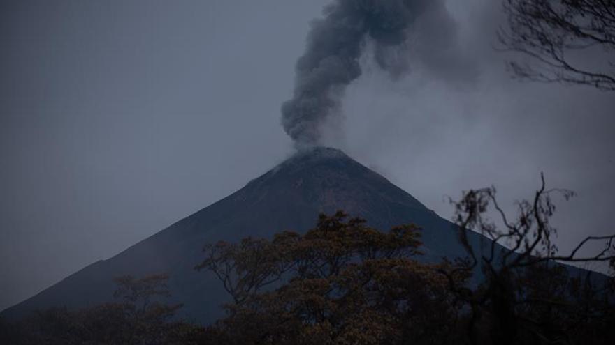 El volcán de Fuego de Guatemala continúa activo mientras reanudan la búsqueda