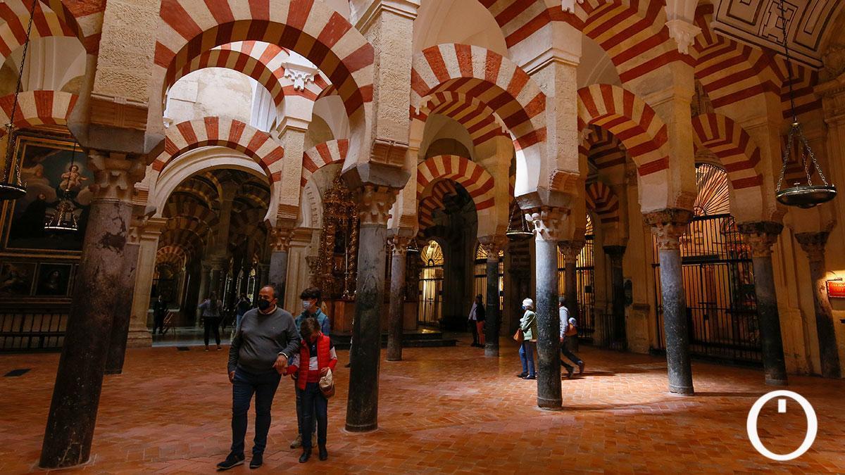 Turistas en el interior de la Mezquita Catedral de Córdoba