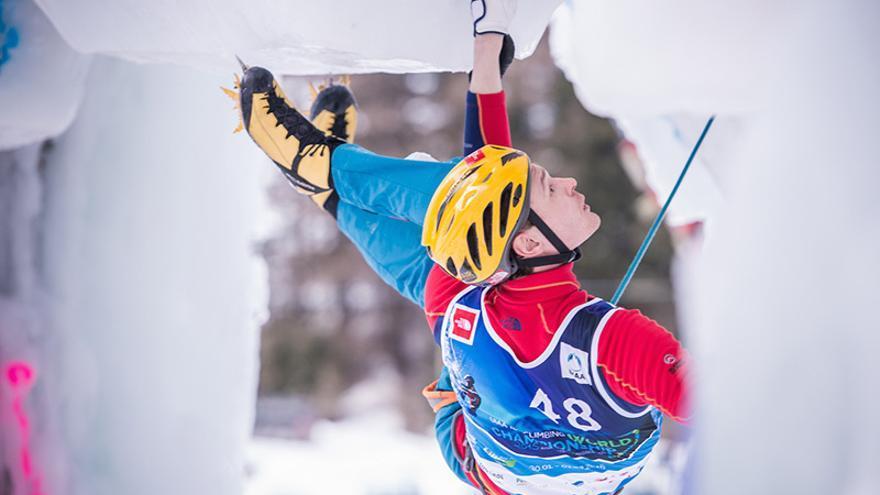 Maxim Tomilov durante el Campeonato del Mundo de Escalada en Hielo (© Harald Wisthaler / Ice Climbing World Championship 2015).