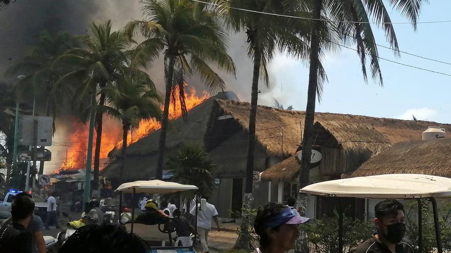 Un gran incendio consume restaurantes de Isla Mujeres, en el Caribe mexicano