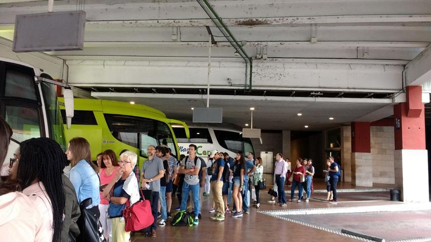 Gente esperando en la estación de autobuses de Toledo