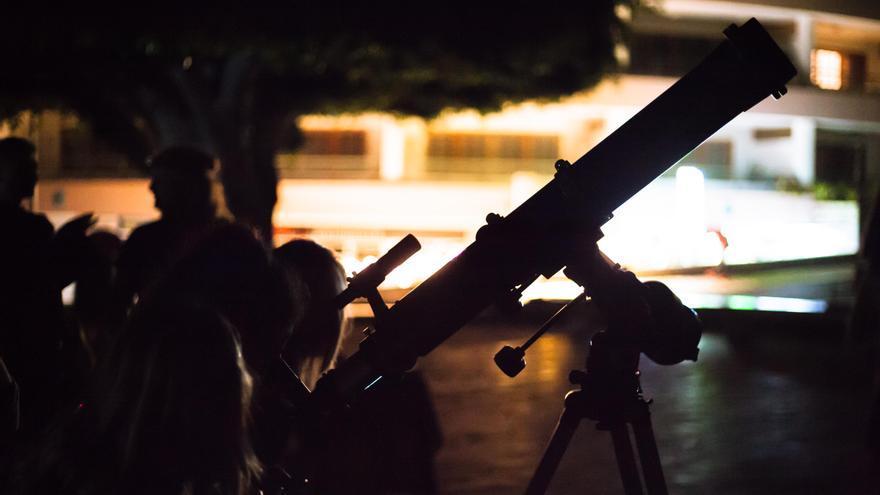 Observación astronómica en Puerto Naos. Fotografía de ROBERT NAZCO.