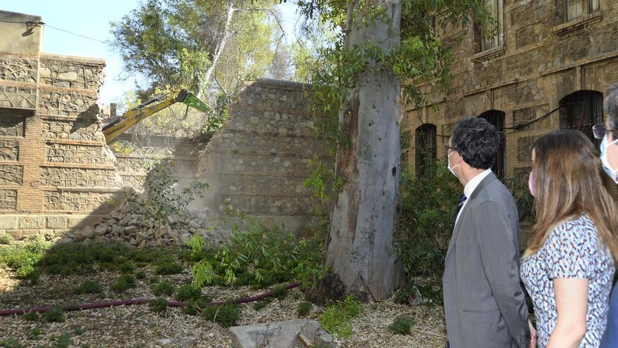 El alcalde de Murcia, José Ballesta, observa junto con otros concejales cómo se derriban los muros de la Cárcel Vieja