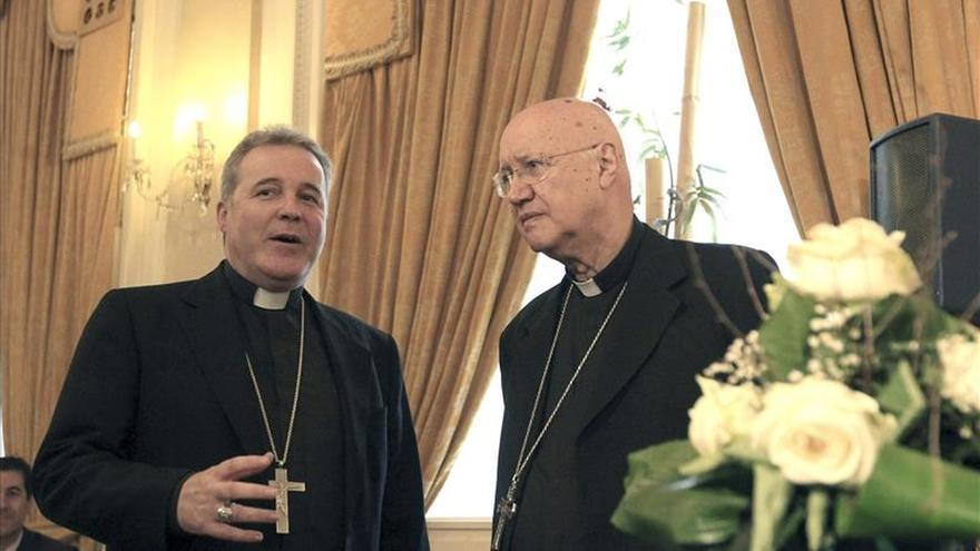 El obispo Mario Iceta (a la izquierda) ofrece la mediación de la Iglesia vasca con ETA.
