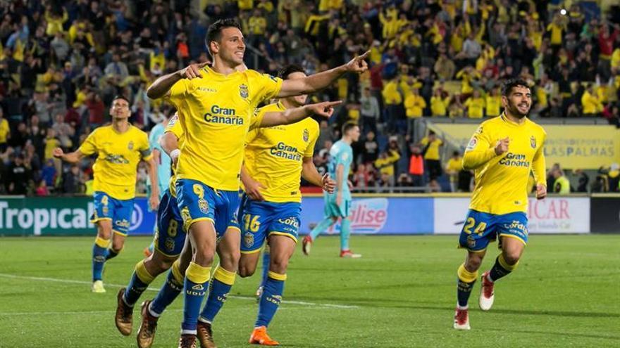 El delantero argentino Jonathan Calleri (i), de la UD Las Palmas, celebra su gol.