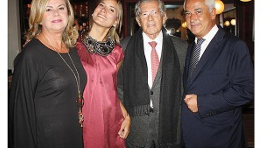 María Teresa Cuadrado (izda), en una foto con su marido (dcha.) publicada en uno de sus medios / Mercado de Dinero