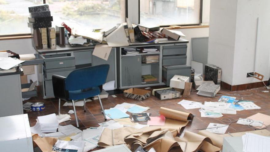 El desorden de las oficinas representa el abandono de la central nuclear.