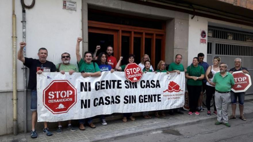 Manifestantes de la PAH se concentran en Benetússer para paralizar un desahucio