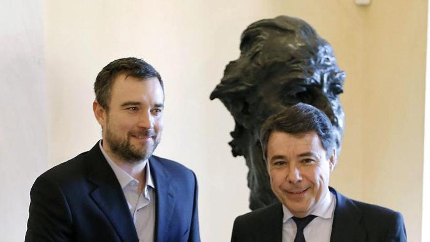 Ignacio González recibe al director madrileño que opta al Óscar al mejor cortometraje