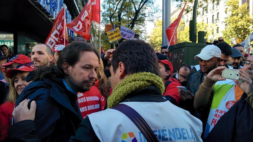 Pablo Iglesias, con trabajadores de Coca-Cola y Telemadrid frente a la sede nacional del PP.