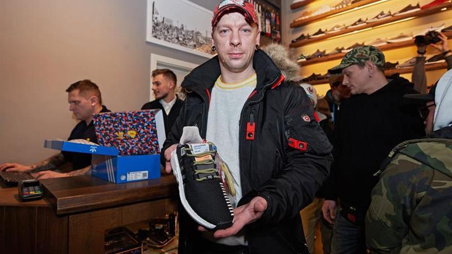 Colas en Berlín para comprar unas zapatillas que sirven como abono de transporte