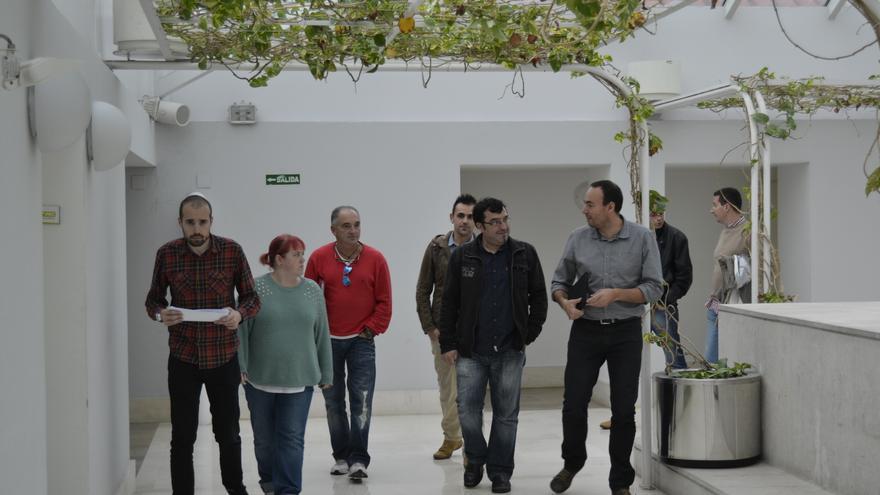 Los diputados de Podemos y el comité de empresa de Nestor Martin han comparecido en rueda de prensa en el Parlamento. | Rubén Vivar