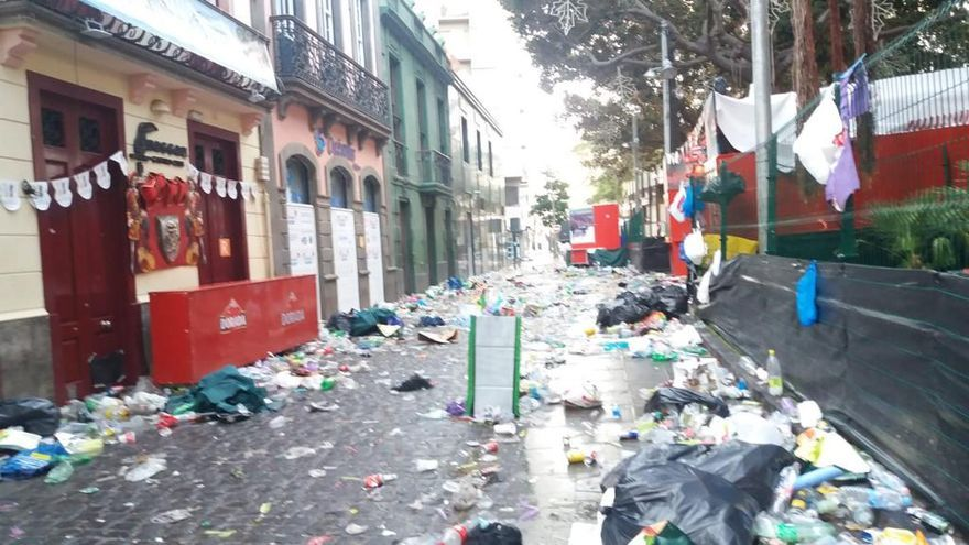 Imagen con la basura que ha quedado después de la 'batalla' festiva de este sábado-domingo en Santa Cruz de Tenerife