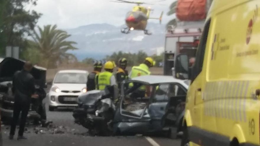 Imagen del accidente de tráfico que ha forzado el cierre de la vía, esta tarde en el municipio de San Juan de la Rambla