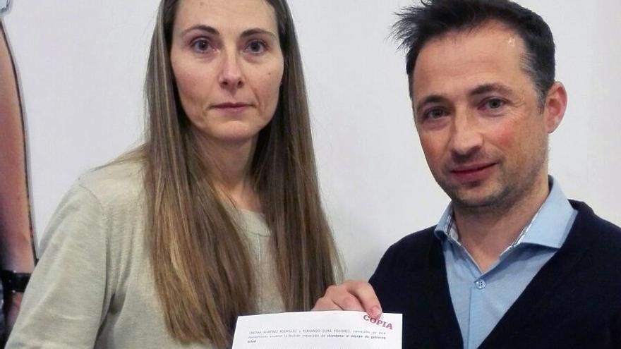 Martínez y Durà con el escrito de dimisión presentado en el registro