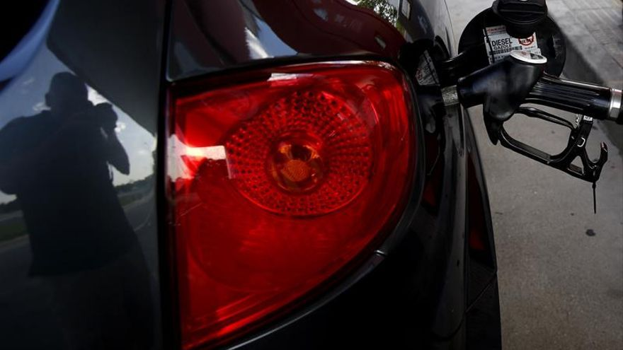 El precio de la gasolina se mantiene y el del gasóleo baja un 0,9 por ciento en el mes