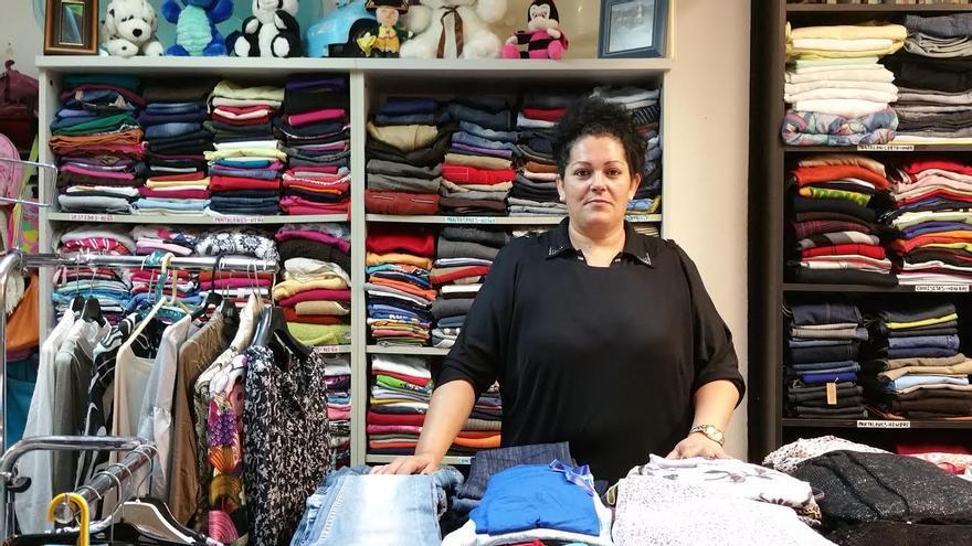 Paqui Sabio es la dependienta de la tienda de ropa usada. Foto: LUZ RODRÍGUEZ.