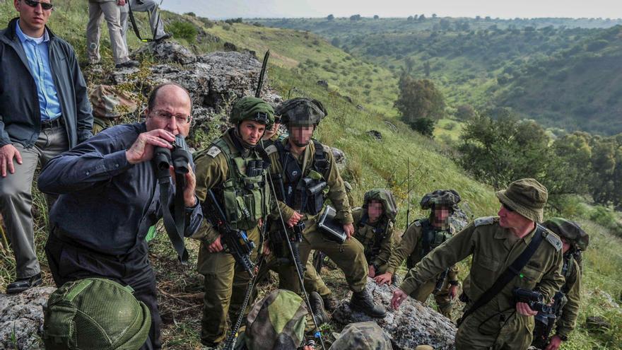 El general Moshe Ya'alon (con prismáticos) es el perfecto ejemplo de militar pasado a político. Fue minisitro de Defensa.