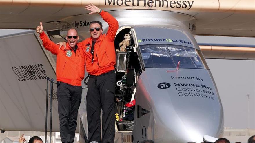 El avión Solar Impulse pospone despegue de El Cairo por enfermedad del piloto