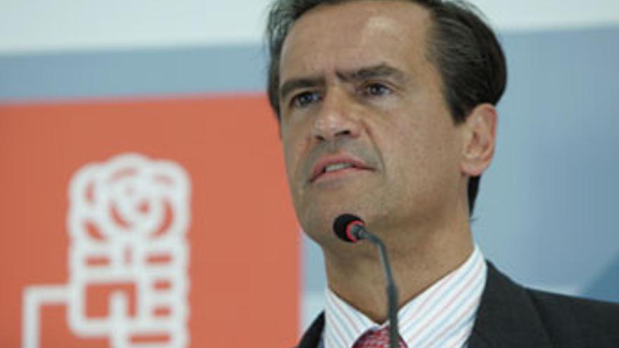 López Aguilar anima a los funcionarios a defender su honor frente a las agresiones de Soria