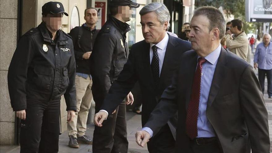 El ex secretario general del PP Ángel Acebes (c) a su llegada a la sede de la Audiencia Nacional tras haber sido citado como imputado por el juez Pablo Ruz, por haber autorizado el uso de fondos de la caja B del partido al extesorero Álvaro Lapuerta. EFE